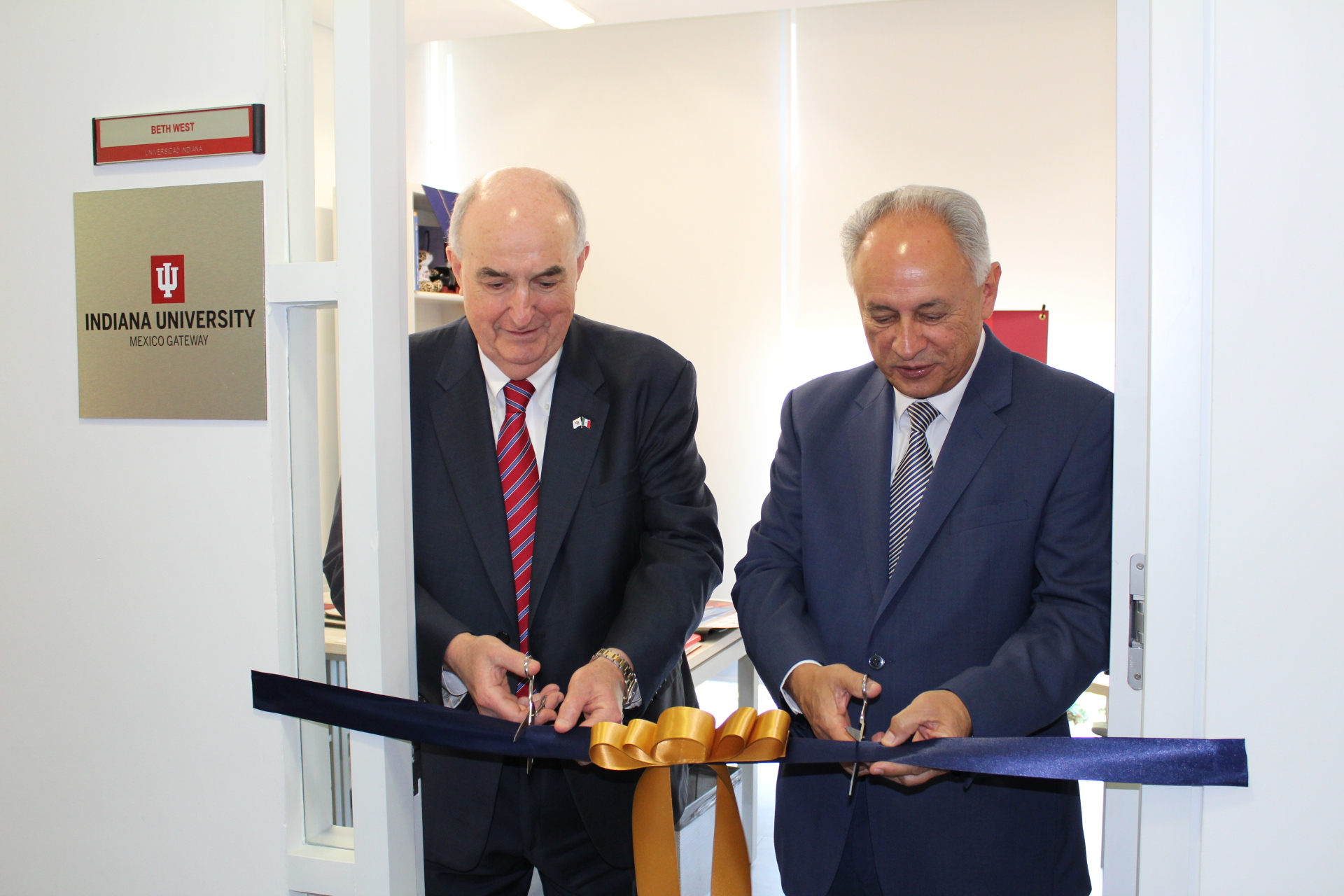 President McRobbie cutting a ribbon at the Mexico gateway office.